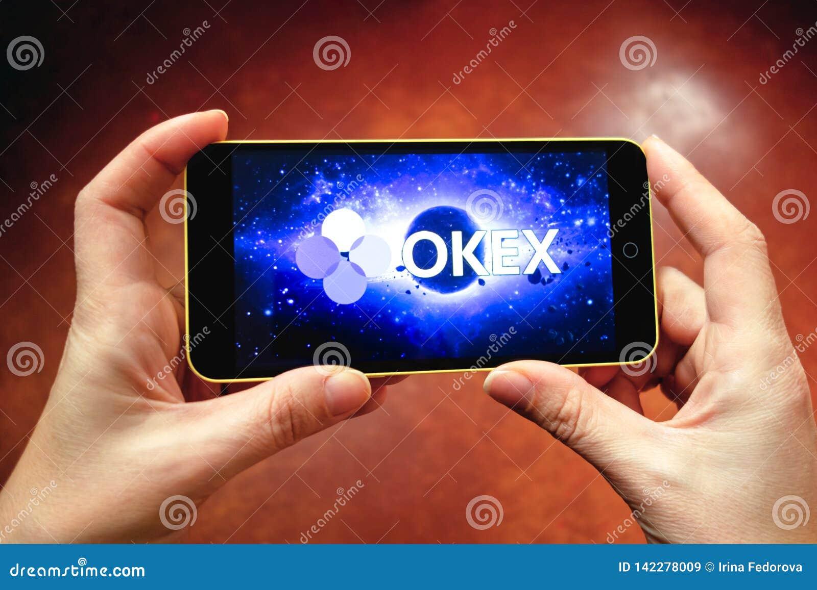 Berdyansk, Ucrania - 17 de marzo de 2019: Logotipo de OKEx exhibido en un smartphone moderno