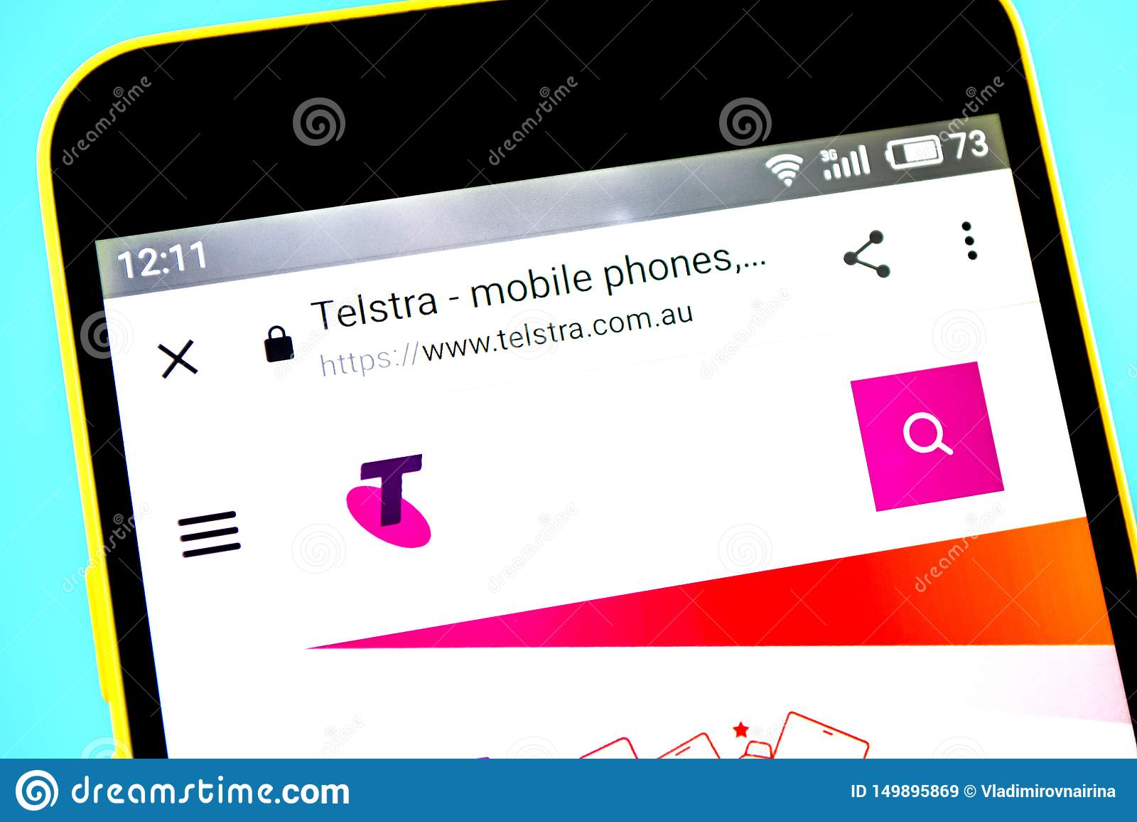 Berdyansk Ukraina - 14 Maj 2019: Illustrativ ledare av Telstra websitehomepage Telstra logo som är synlig på telefonskärmen