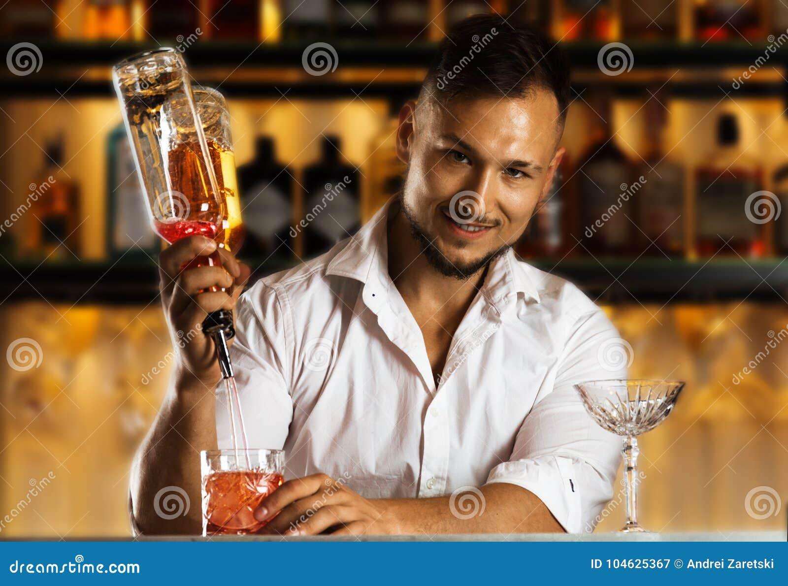 Download Bereidt De Insanely Sexy Jonge Mens Gemengde Dranken Voor Zijn Gasten Voor Stock Afbeelding - Afbeelding bestaande uit mensen, mannetje: 104625367