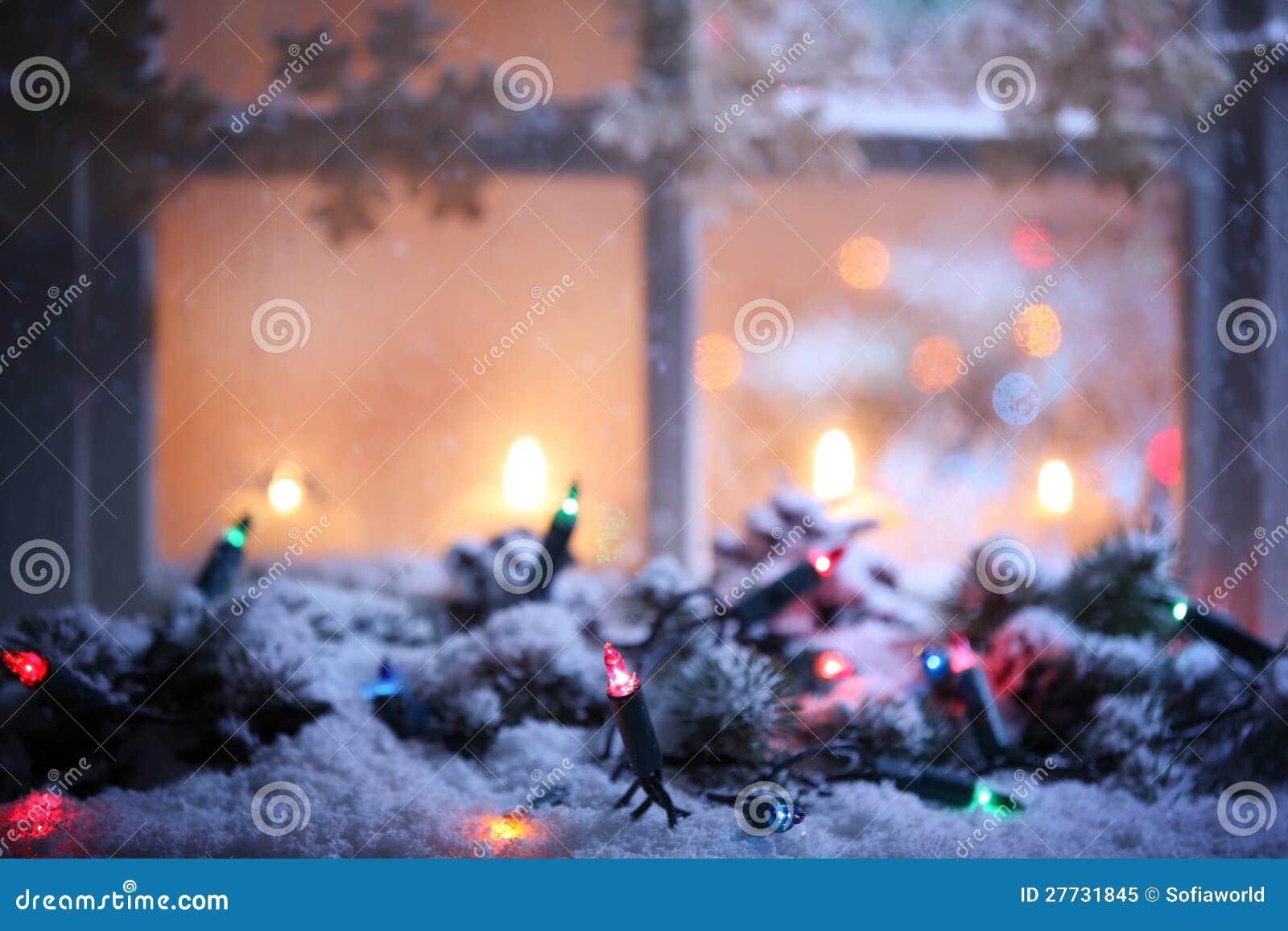 Bereiftes Fenster mit Weihnachtsdekoration
