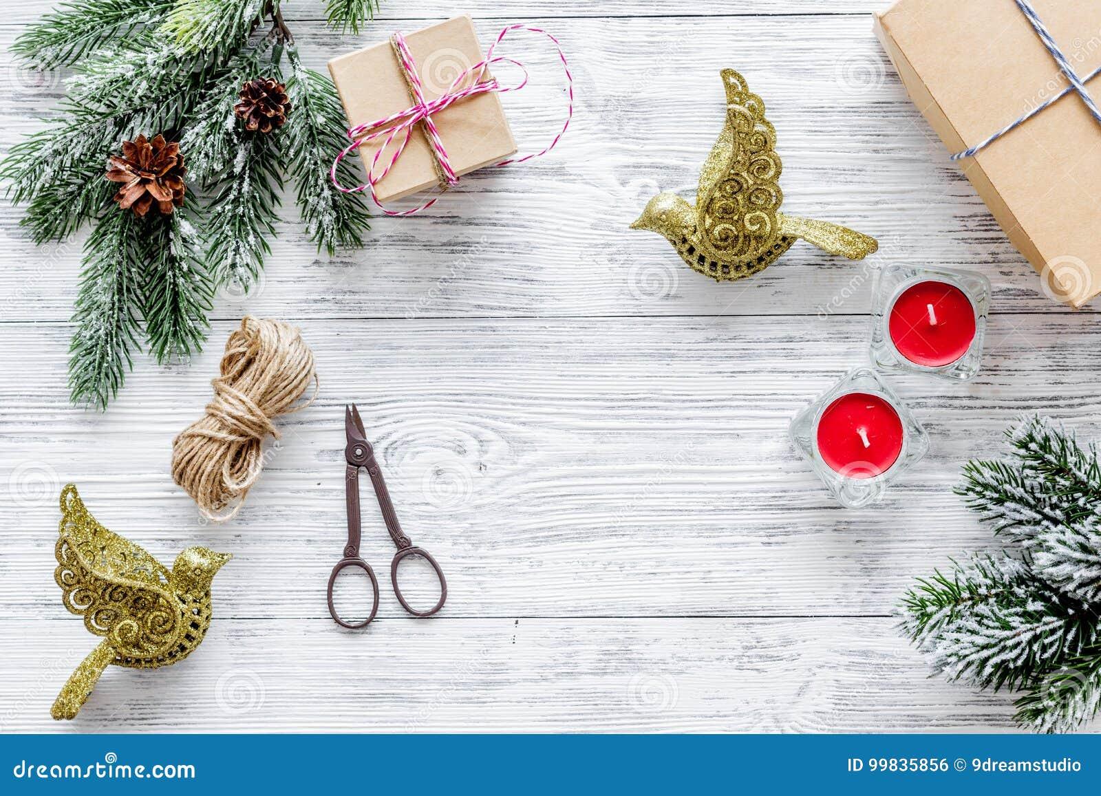 Bereiten Sie neues Jahr und Weihnachten 2018 Geschenke in den Kästen auf hölzernem Hintergrundspitze veiw Modell vor