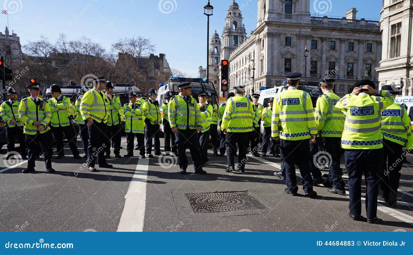 Bereitschaftspolizei in London, Vereinigtes Königreich, das eine Blockade bildet