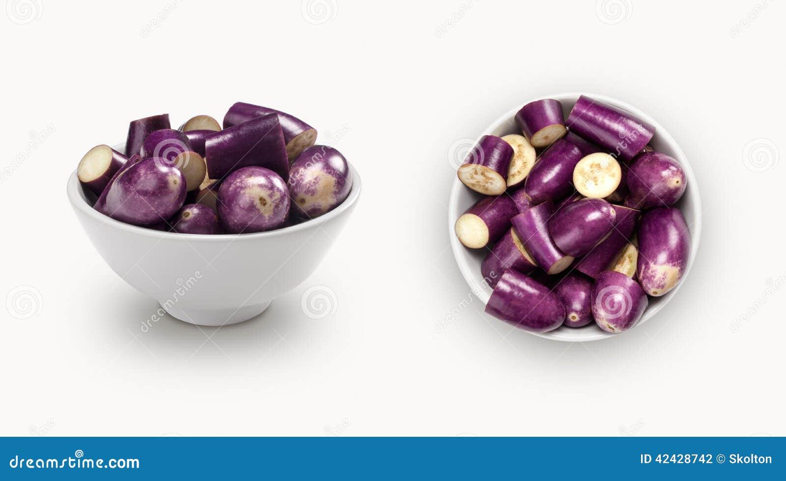Berenjena púrpura en un cuenco