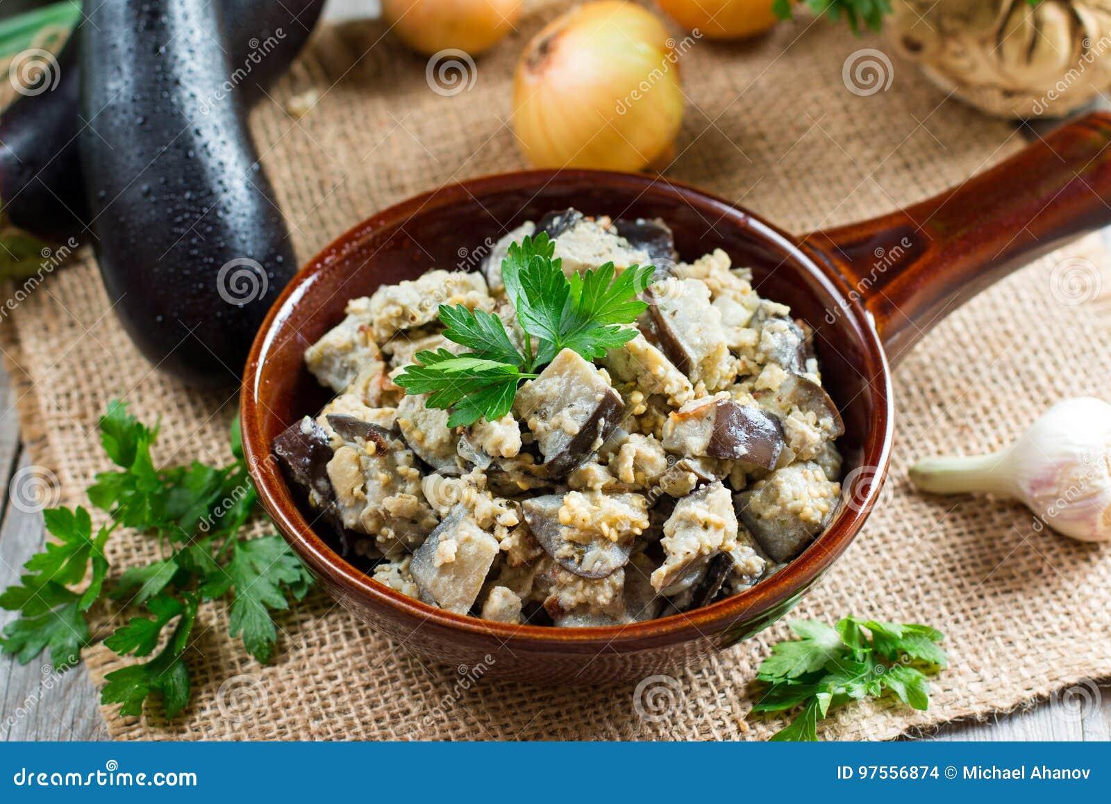 Berenjenas con las verduras y la crema agria