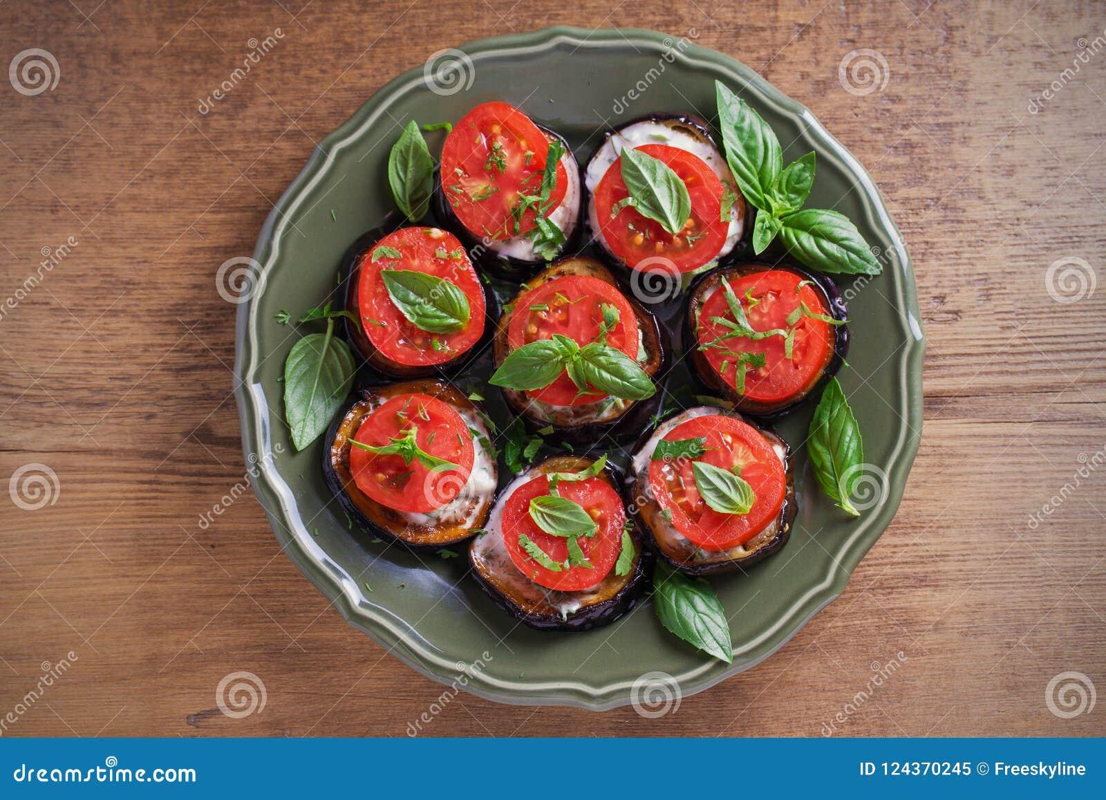 Berenjenas con los tomates y la salsa Berenjenas fritas cacerola Comida vegetariana sana, aperitivo