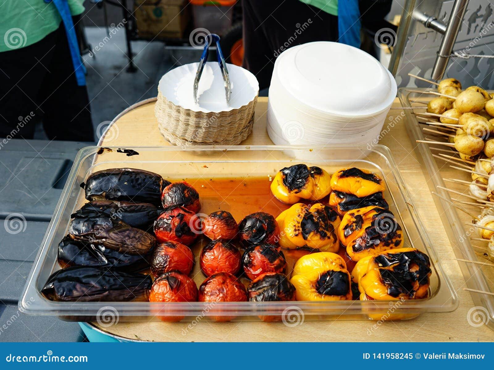 Berenjenas, tomates y pimientas cocinados en la parrilla