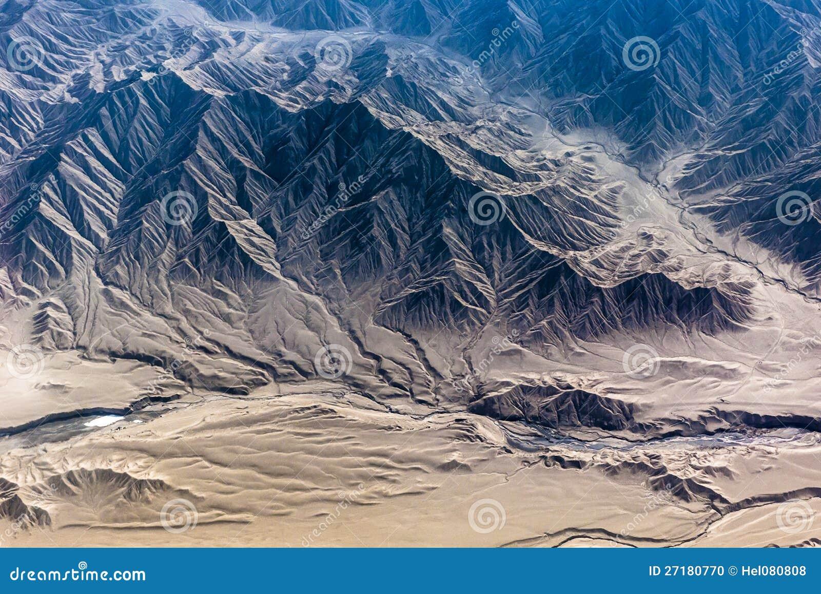 Berg av himalayaen som ses från nivån