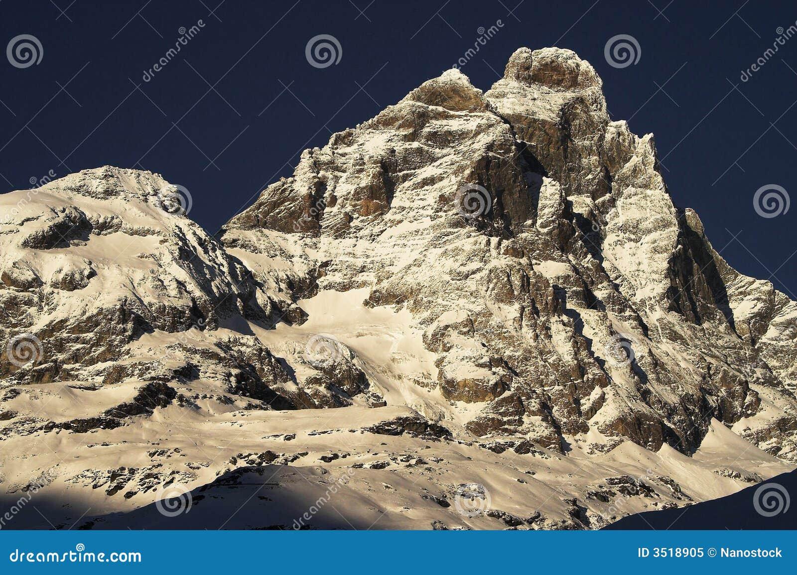 Berg die in sneeuw wordt behandeld