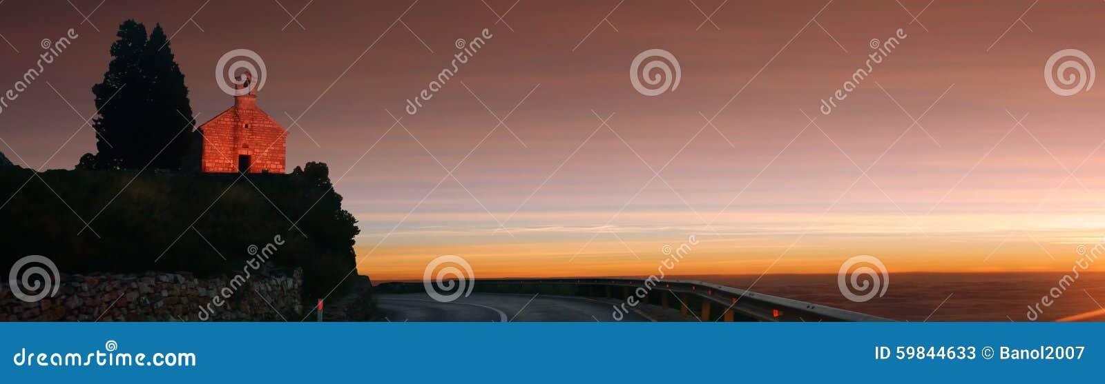 Berg eenzame oude kerk op zonsondergang Panorama