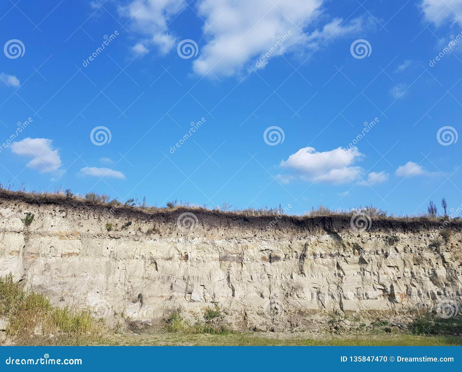 Berg en sandgrop, blå himmel