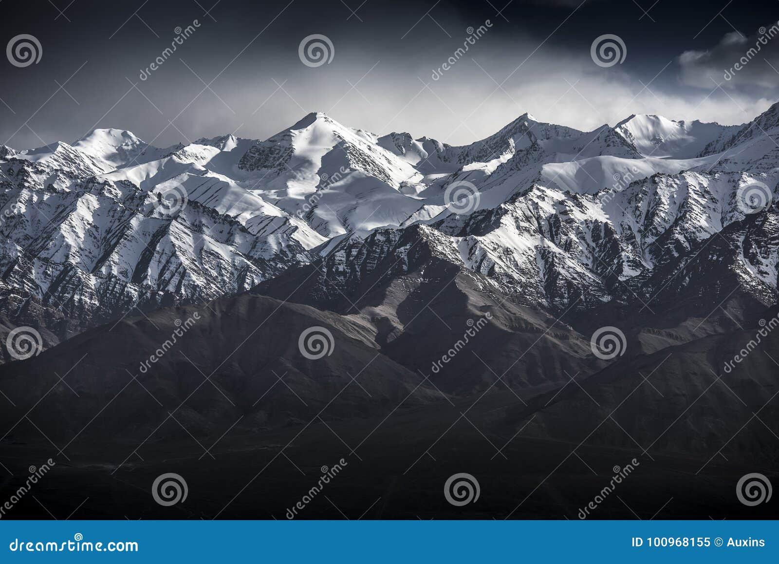 Berg för vinterlandskapsnö med blå himmel från Leh Ladakh Indien