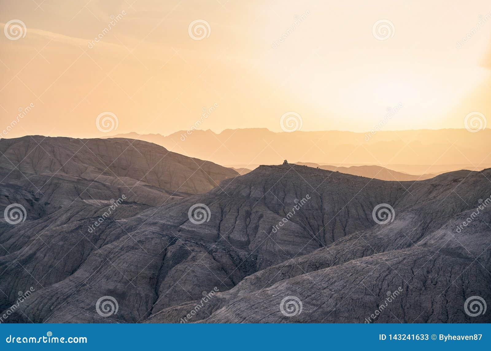 Berg i öknen på solnedgången