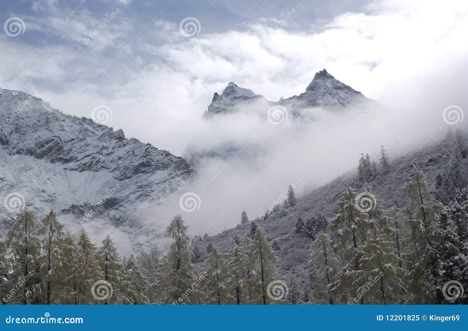 Berg im Schnee und im Nebel