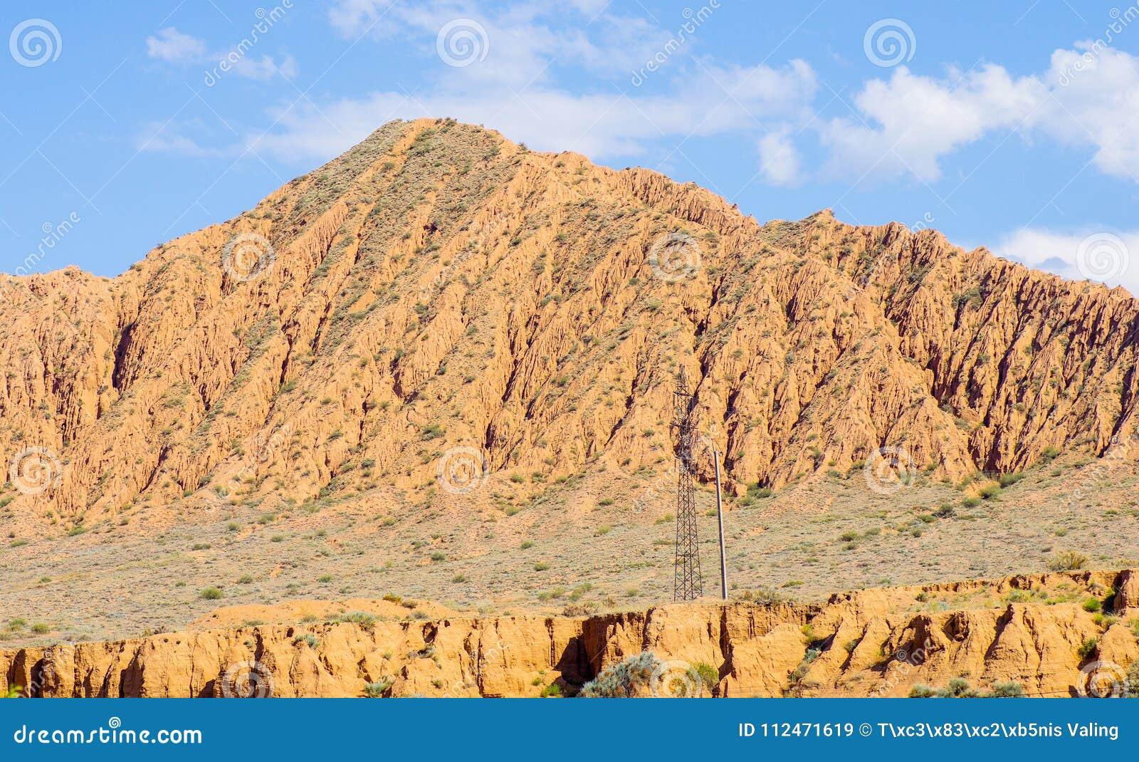 Berg nära Issyk- Kul sjön i Kyrgystan under sommarsäsong