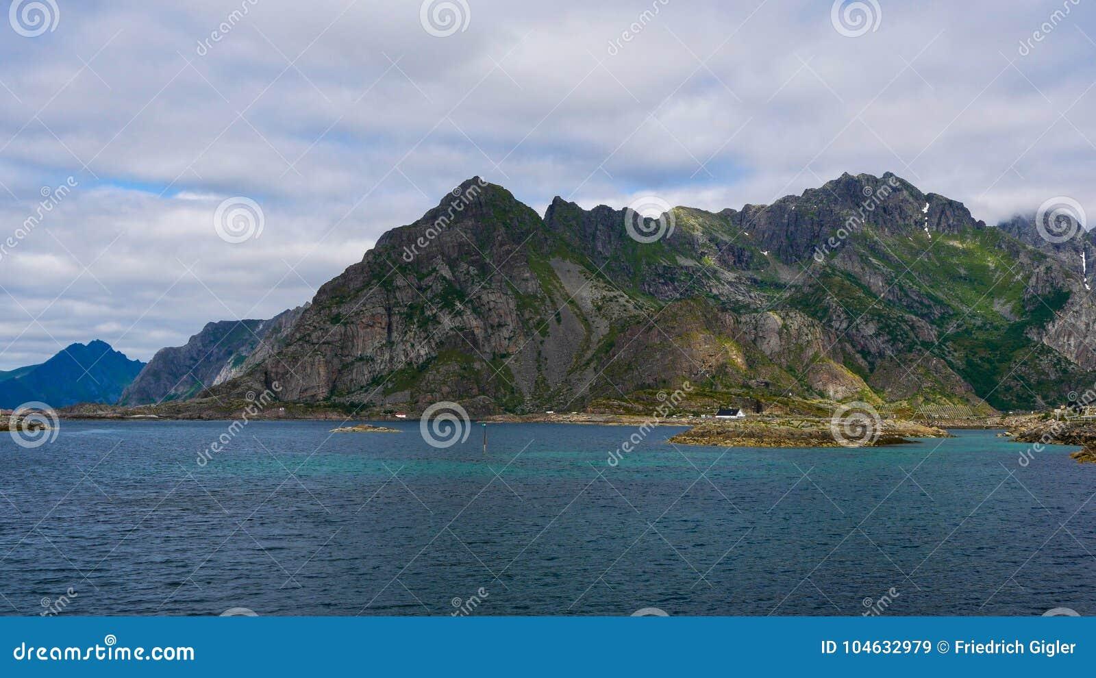 Download Berg in Noorwegen stock afbeelding. Afbeelding bestaande uit blauw - 104632979