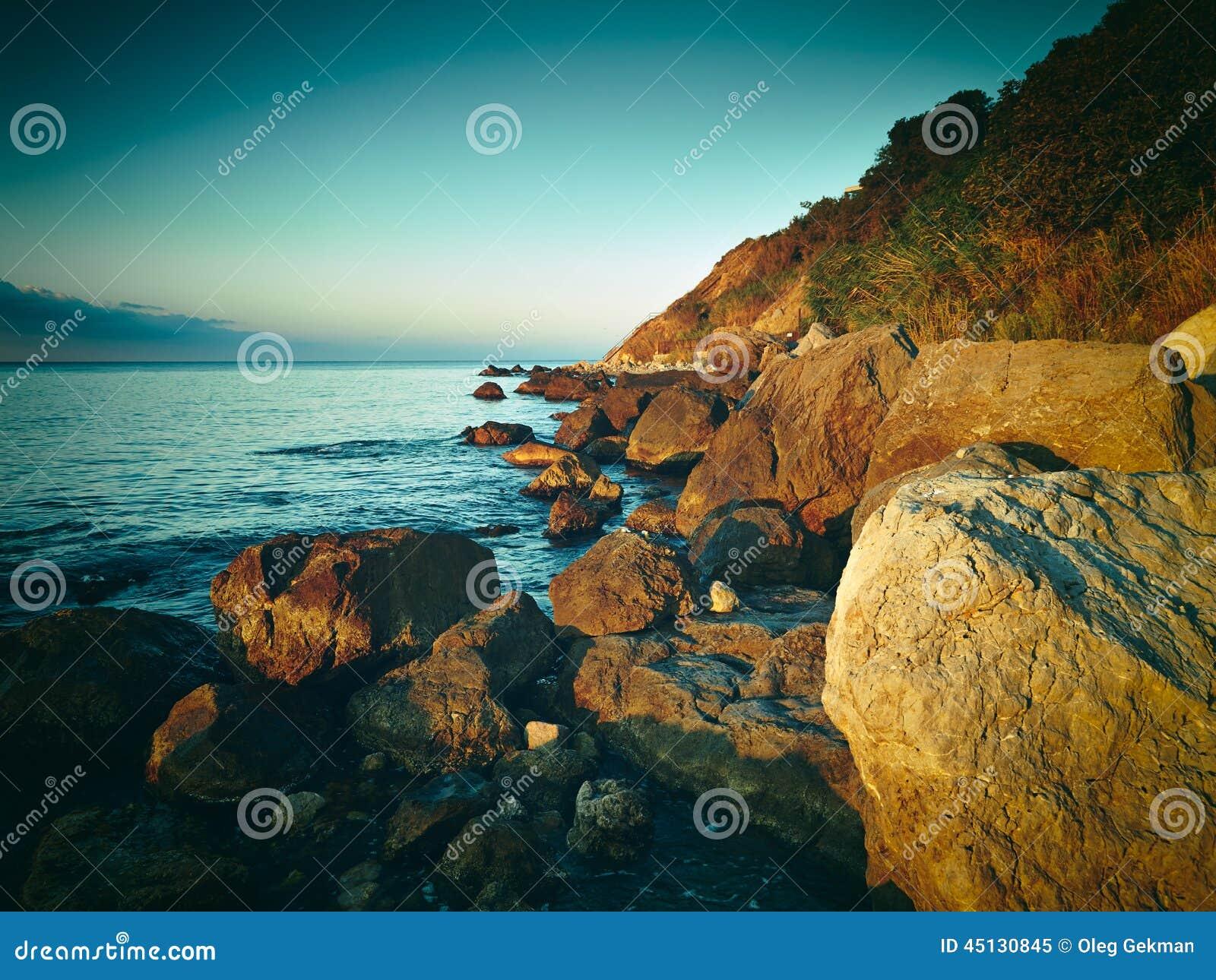 Berg och hav på solnedgången naken sky för blå crimea kullliggande