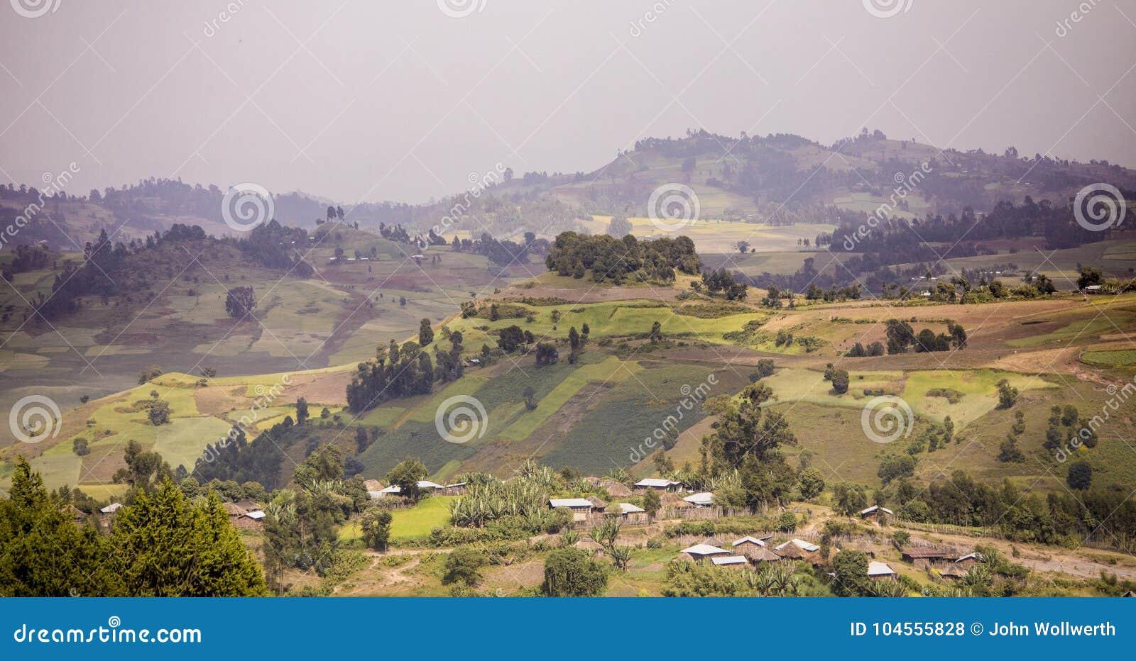Berg och lantgårdar i högländerna av Etiopien