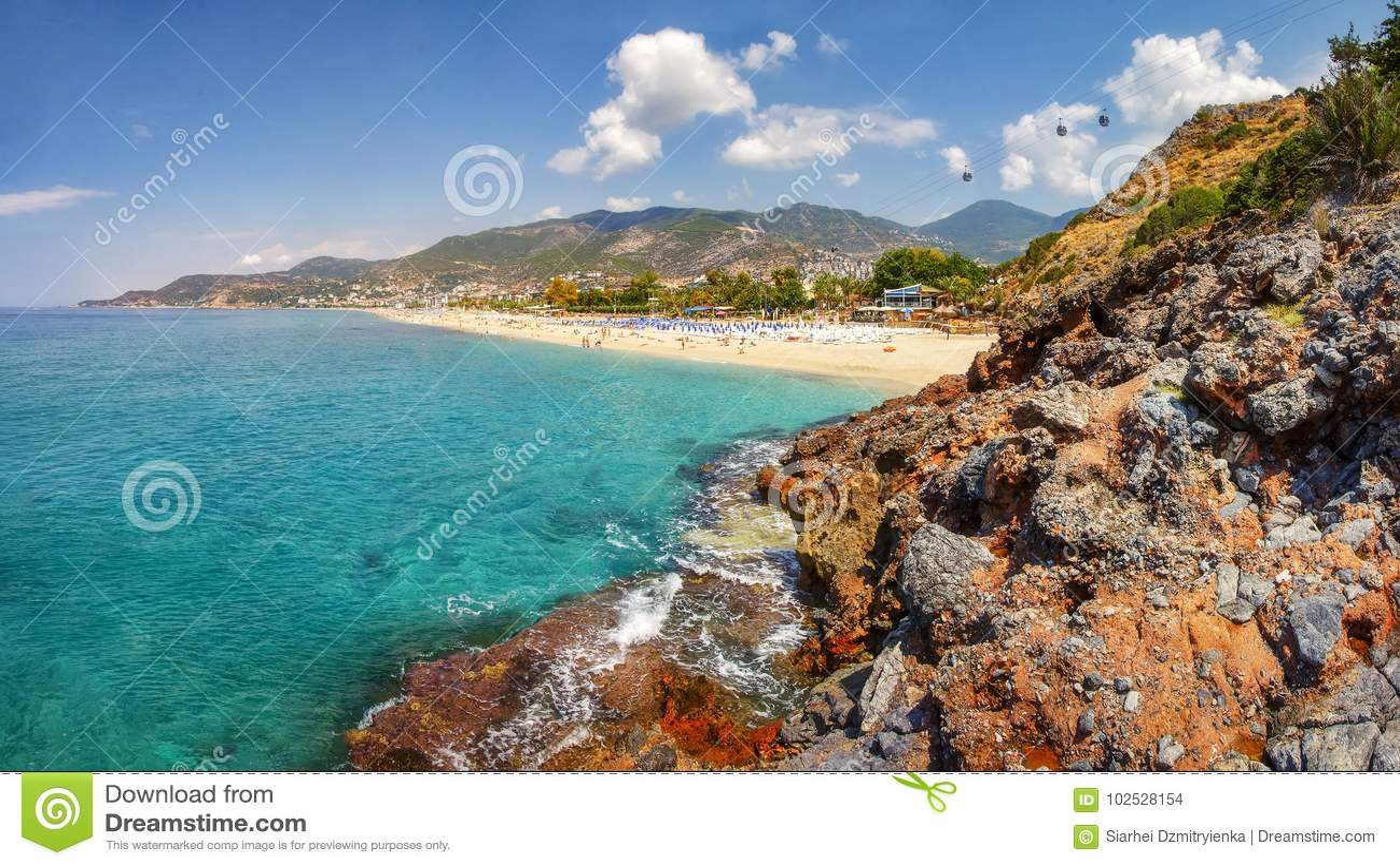 Berg och seascape på solig sommardag i Alanya Turkiet Den härliga sikten på den tropiska stranden och kustlinjen till och med tur