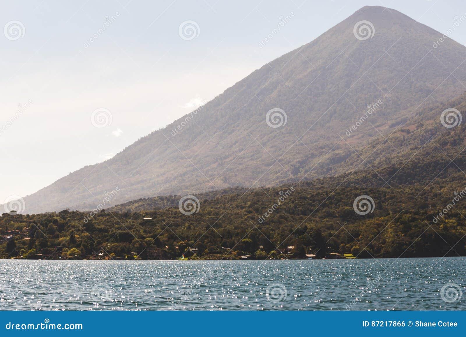 Berg over Meer Atitlan, Guatemala