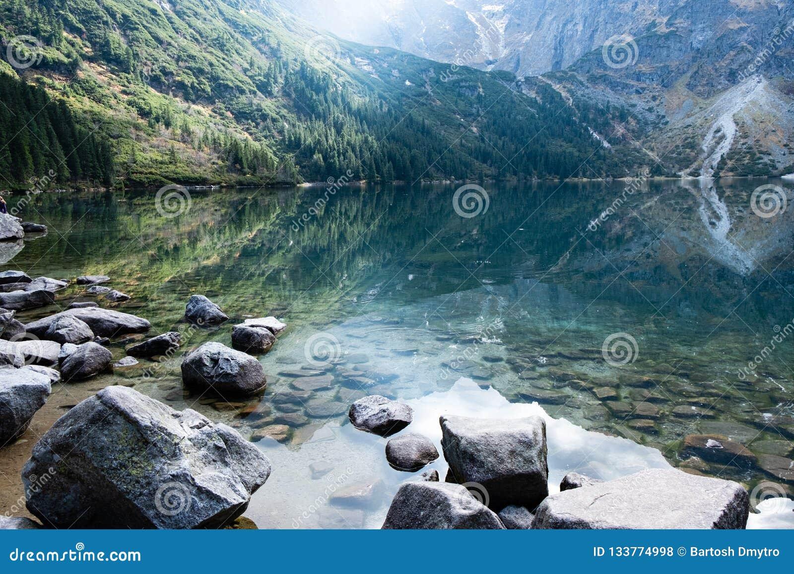 Berg sjö Morskie Oko i Tatra berg, Polen