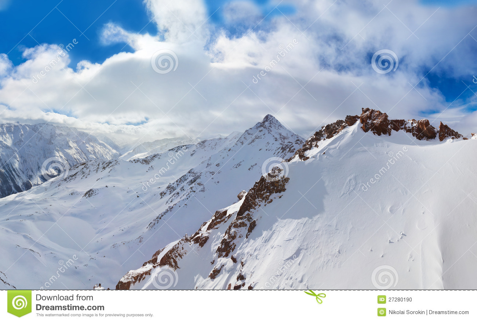 Berg skidar semesterorten Solden Österrike