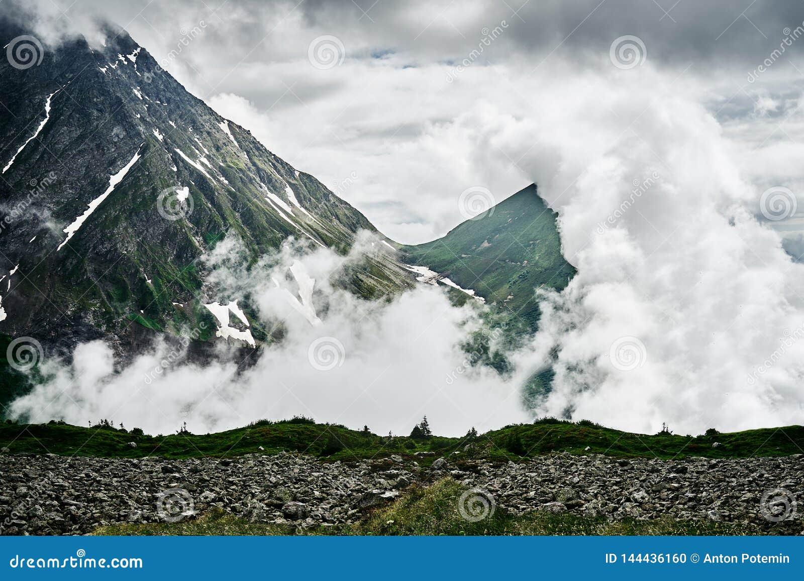 Berg täckas av moln
