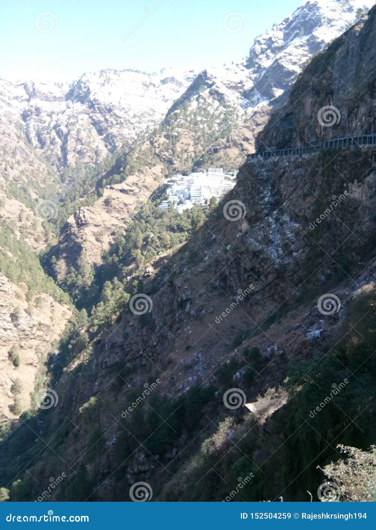 Berg & valleien in Katra, J & K, India omvat met sneeuw bij piek