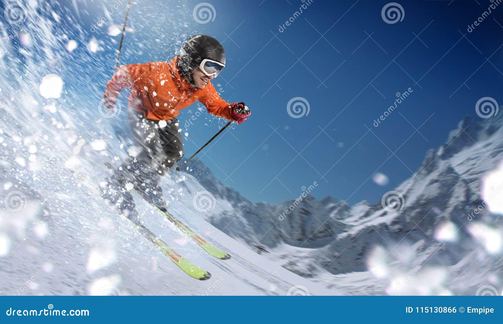 Bergaf skiër op hellingen