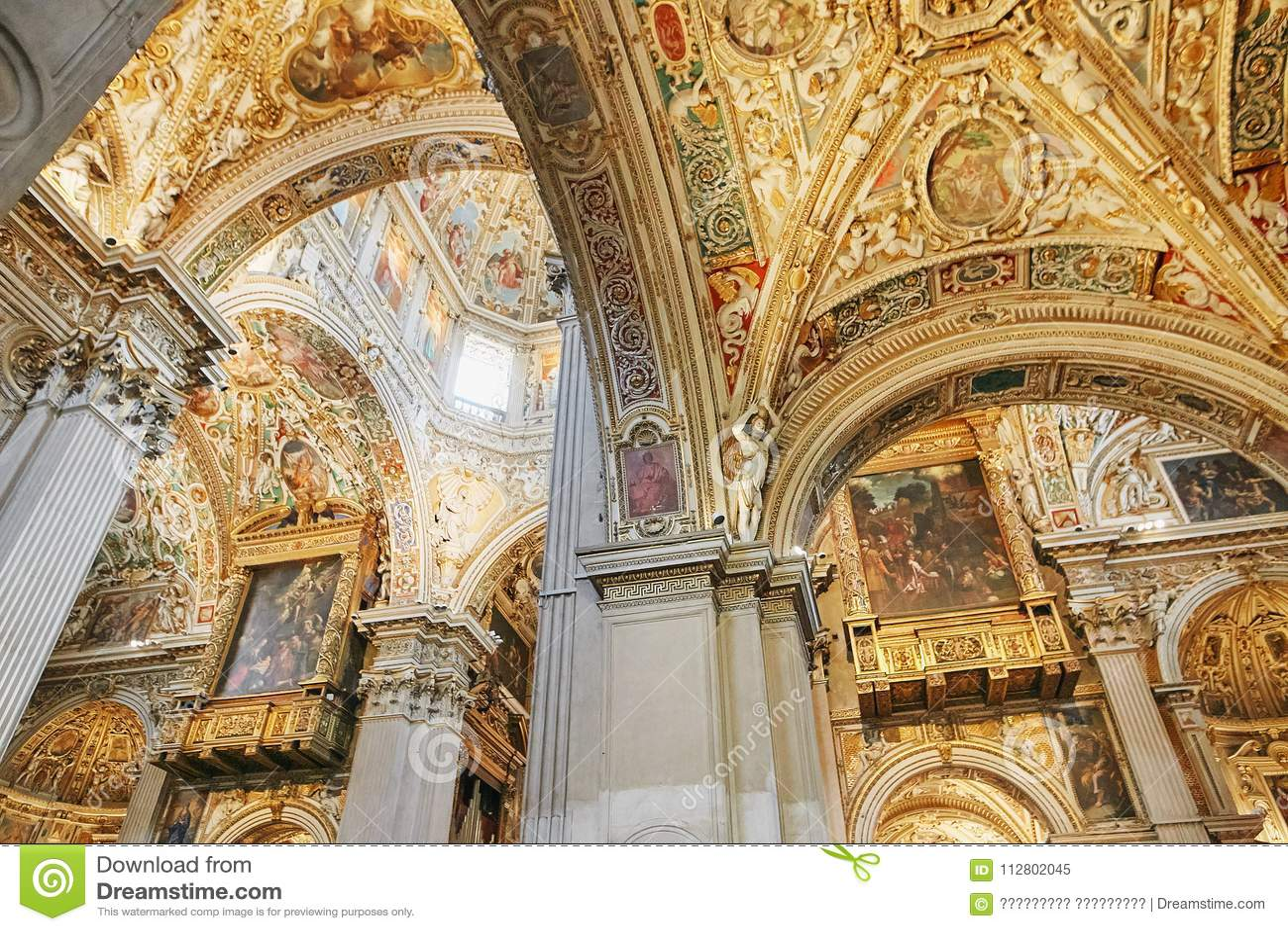 Bergamo Italien - Augusti 18, 2017: Di Santa Maria Maggiore, utsmyckad guld- inre för basilika för Bergamo ` s