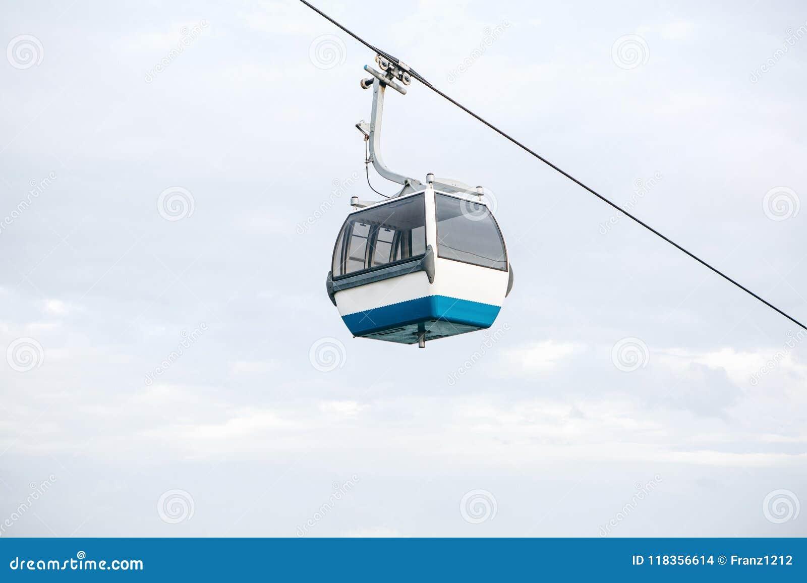 Bergbana eller ropeway och kollektivtrafik till och med golf eller flod eller kanal i Lissabon i Portugal