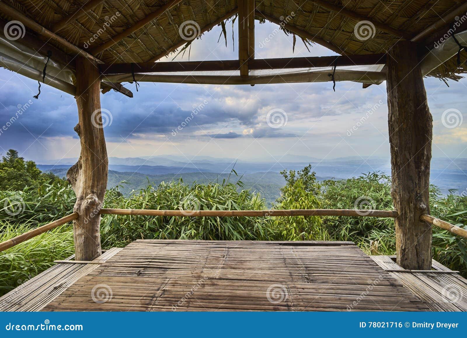 Bergblick durch Gazebo