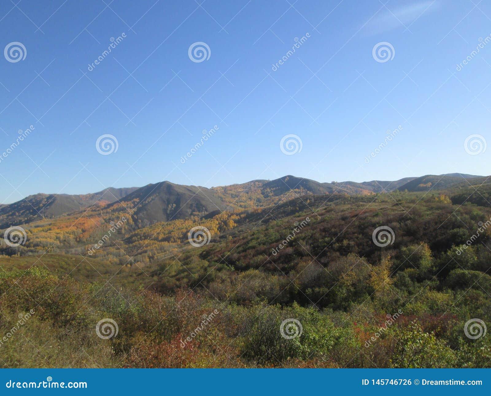 Bergblick und blauer Himmel