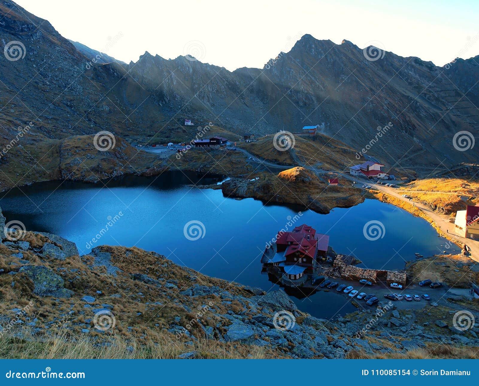 Bergchalet- och sjösikt