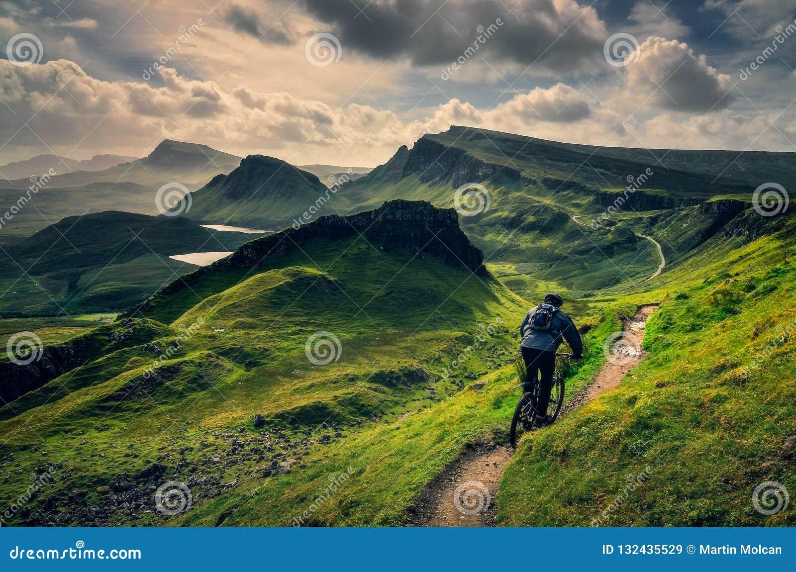 Bergcyklistridning till och med grovt berglandskap av Quiraing, Skottland