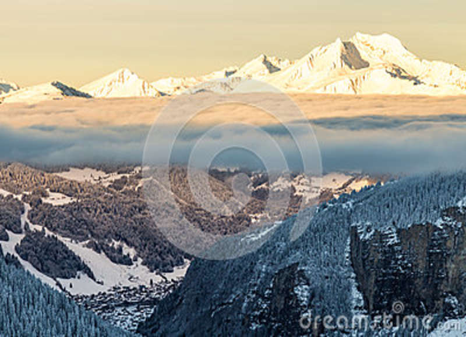 Berge mit einem Sonnenaufgang umgeben