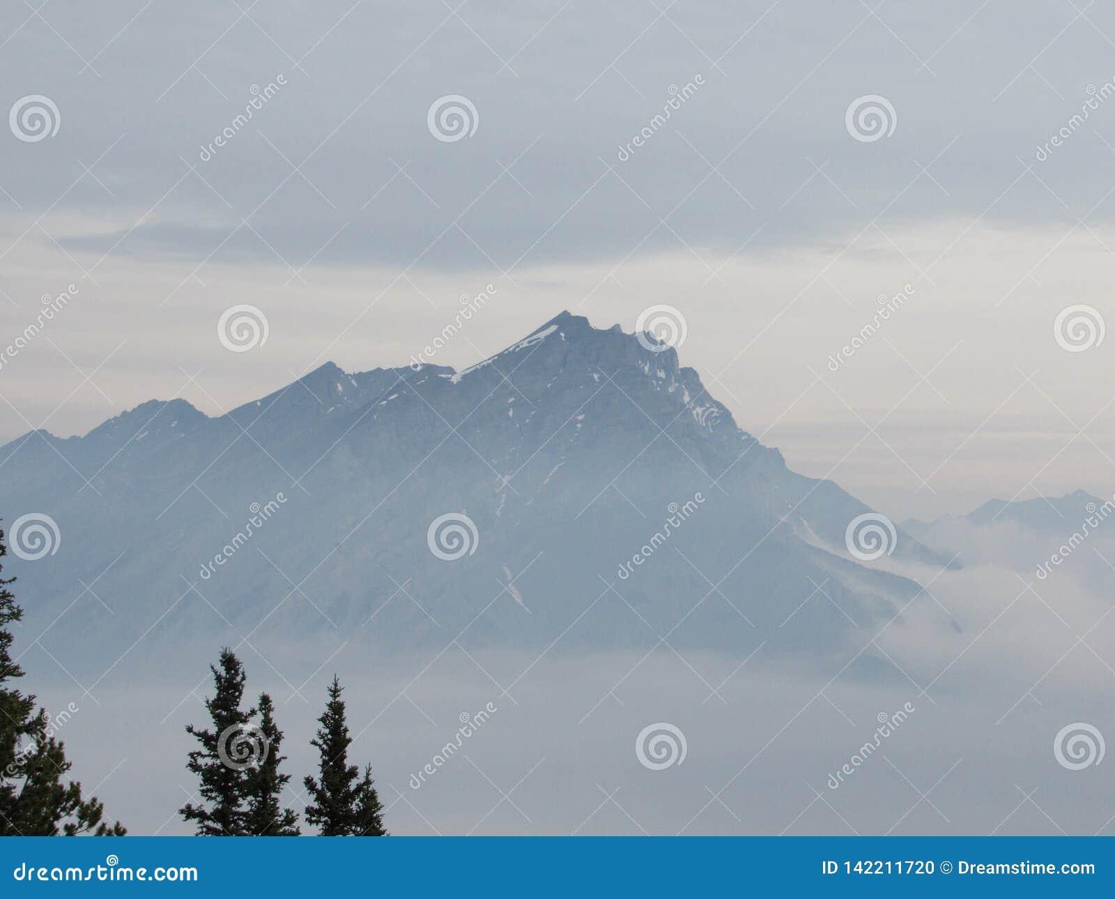 Berge nach der Wolke