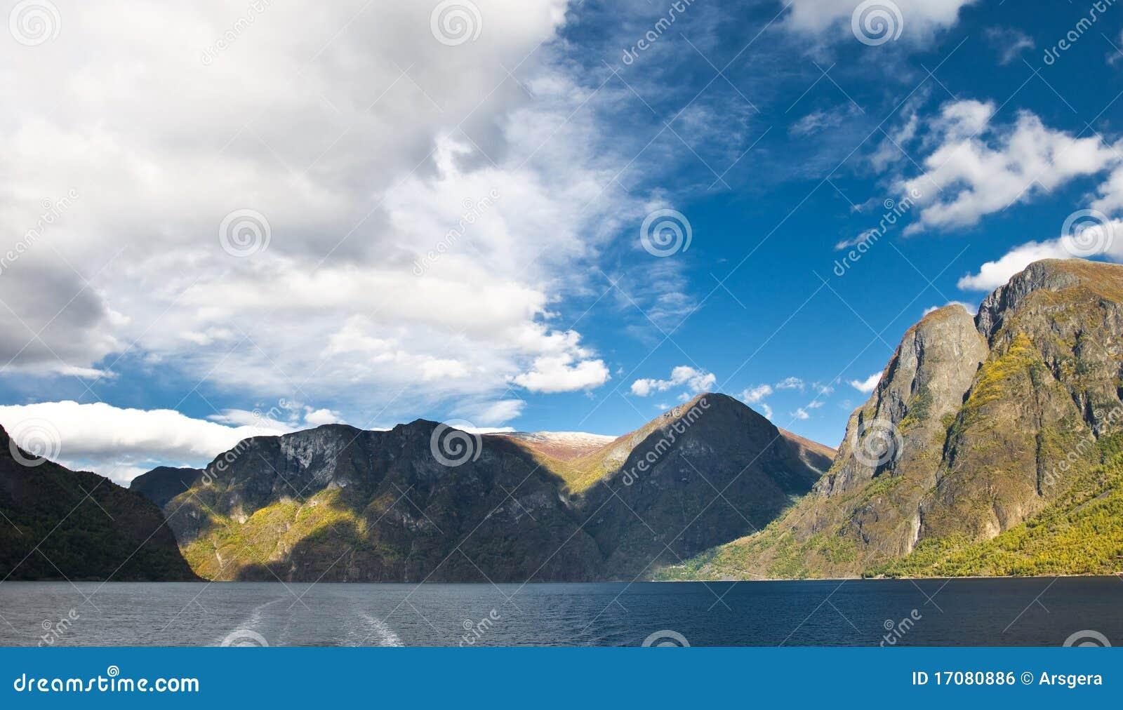 Berge und norwegischer Fjord