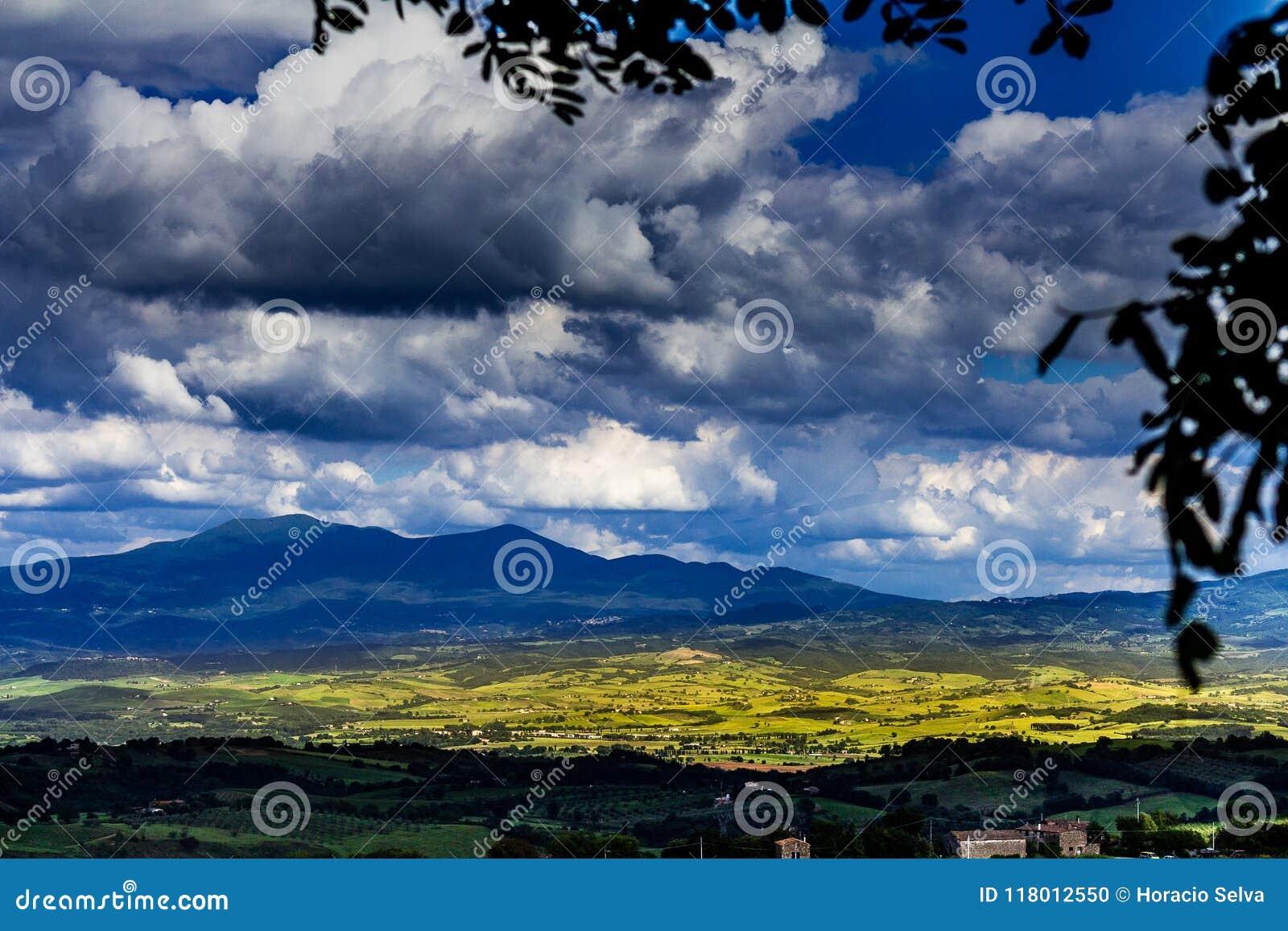 Berge von Toskana Landschaft von bebaute Wiesen