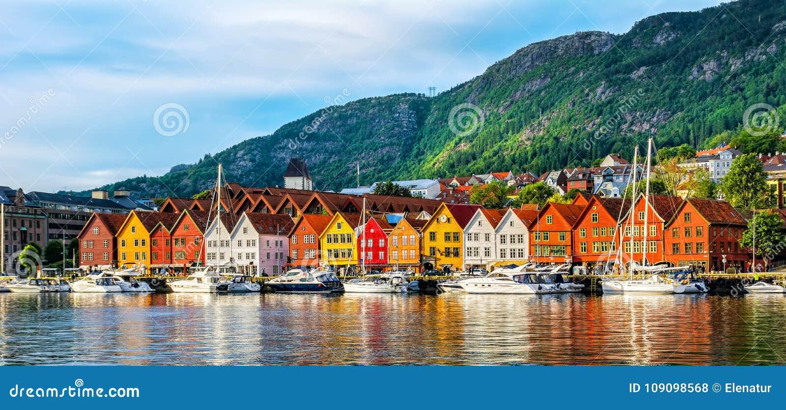 Bergen Норвегия Взгляд исторических зданий в Bryggen- Hanseat