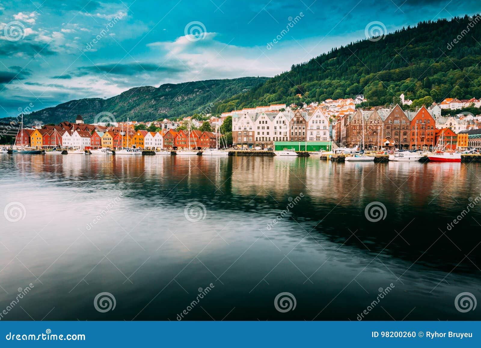 Download Bergen Норвегия Взгляд исторических домов зданий в Bryggen - Hanseatic причале в Бергене, Норвегии ЮНЕСКО Стоковое Фото - изображение насчитывающей европа, город: 98200260