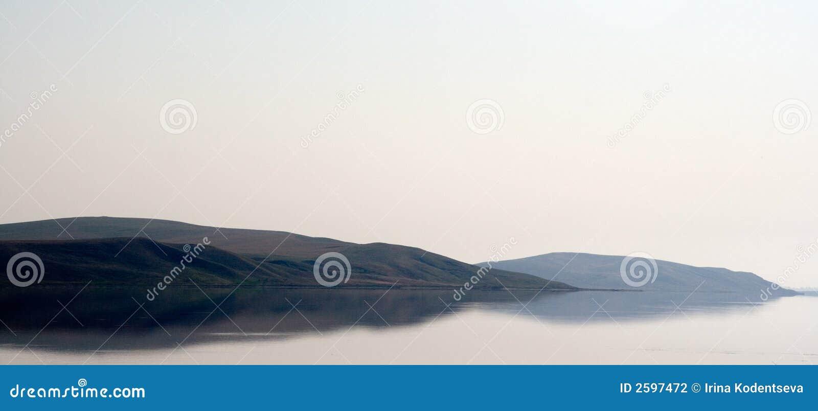 Bergen die in het overzees worden weerspiegeld