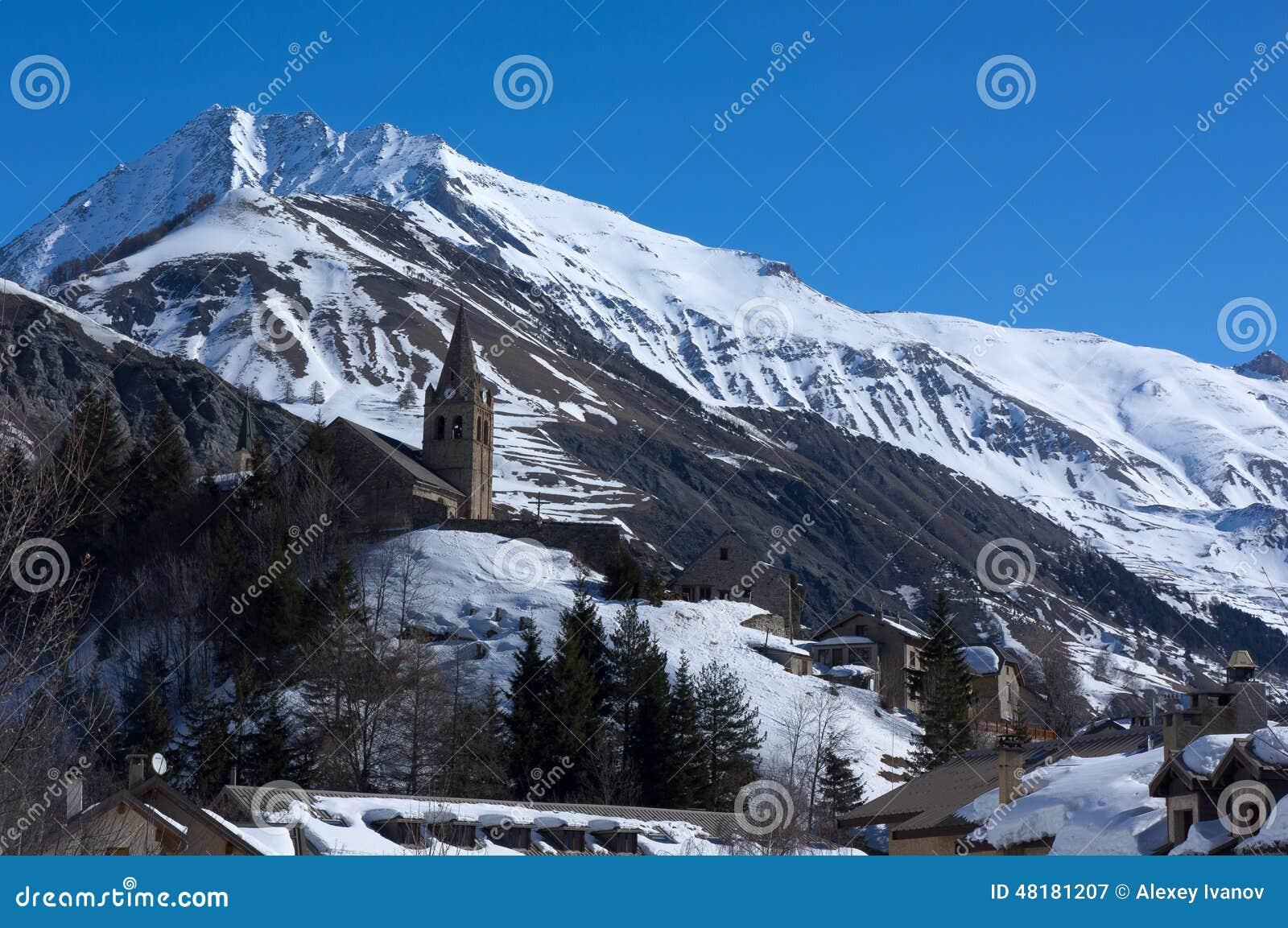 Bergen en kerk van Notre-Dame in La-Graf, Frankrijk