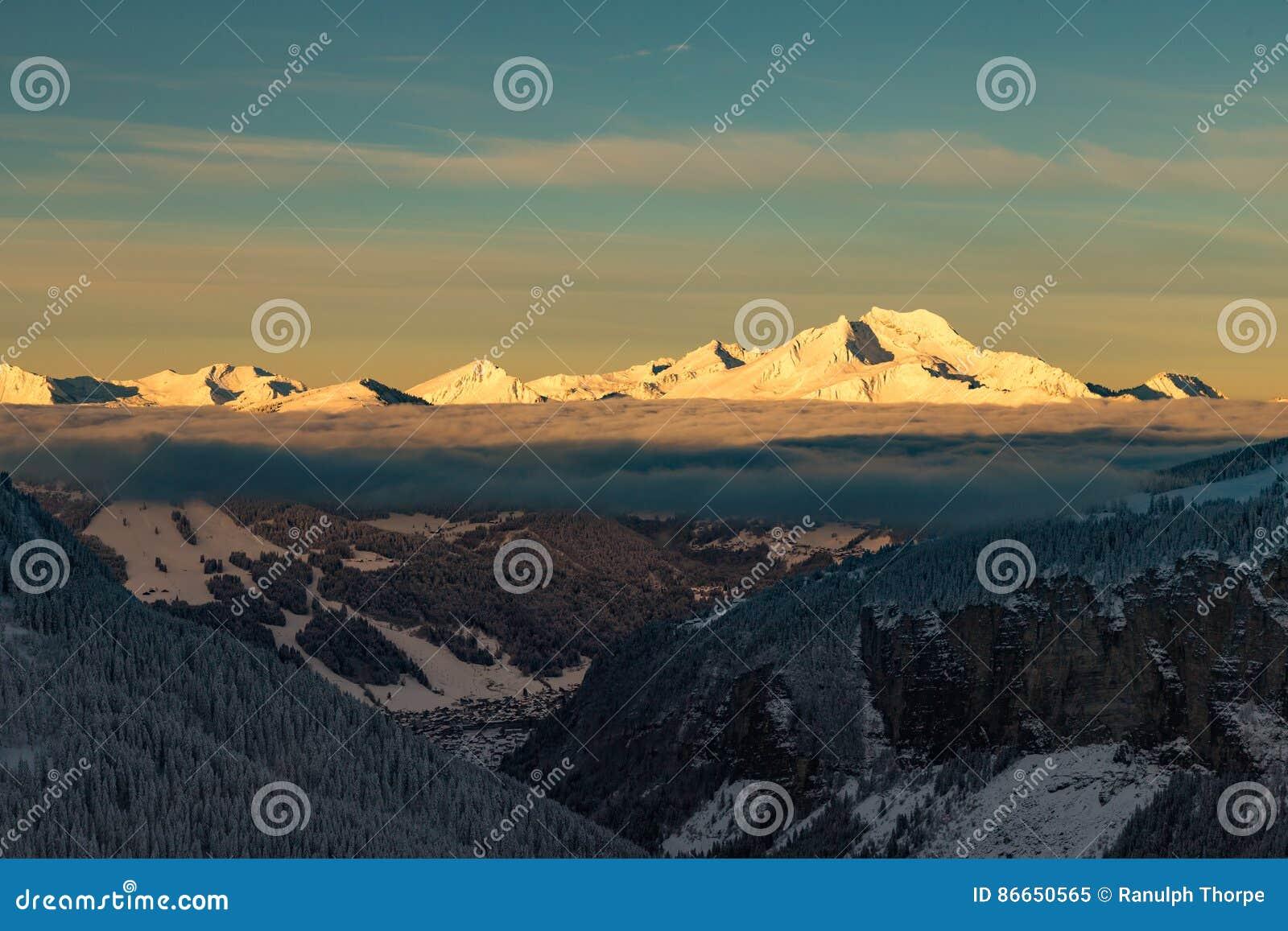 Bergen met een zonsopgang die door wolken wordt omringd