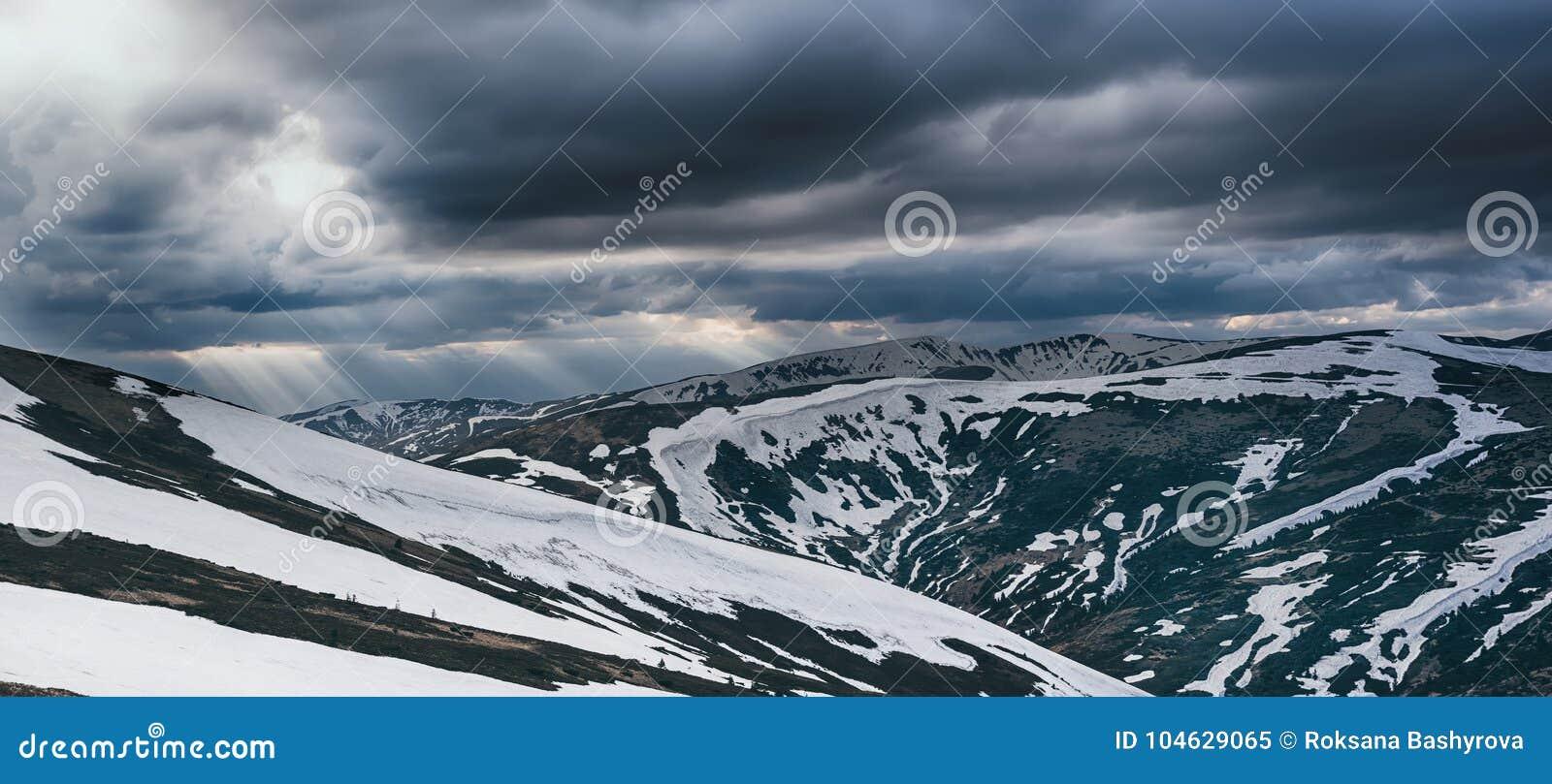 Download Bergen met sneeuw stock afbeelding. Afbeelding bestaande uit piek - 104629065