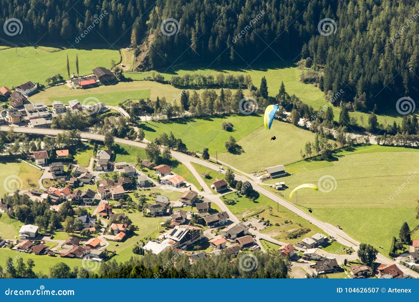 Download Bergen, Vallei En Piekenlandschap, Natuurlijk Milieu Wandeling In De Alpen Stock Afbeelding - Afbeelding bestaande uit freestyle, nave: 104626507