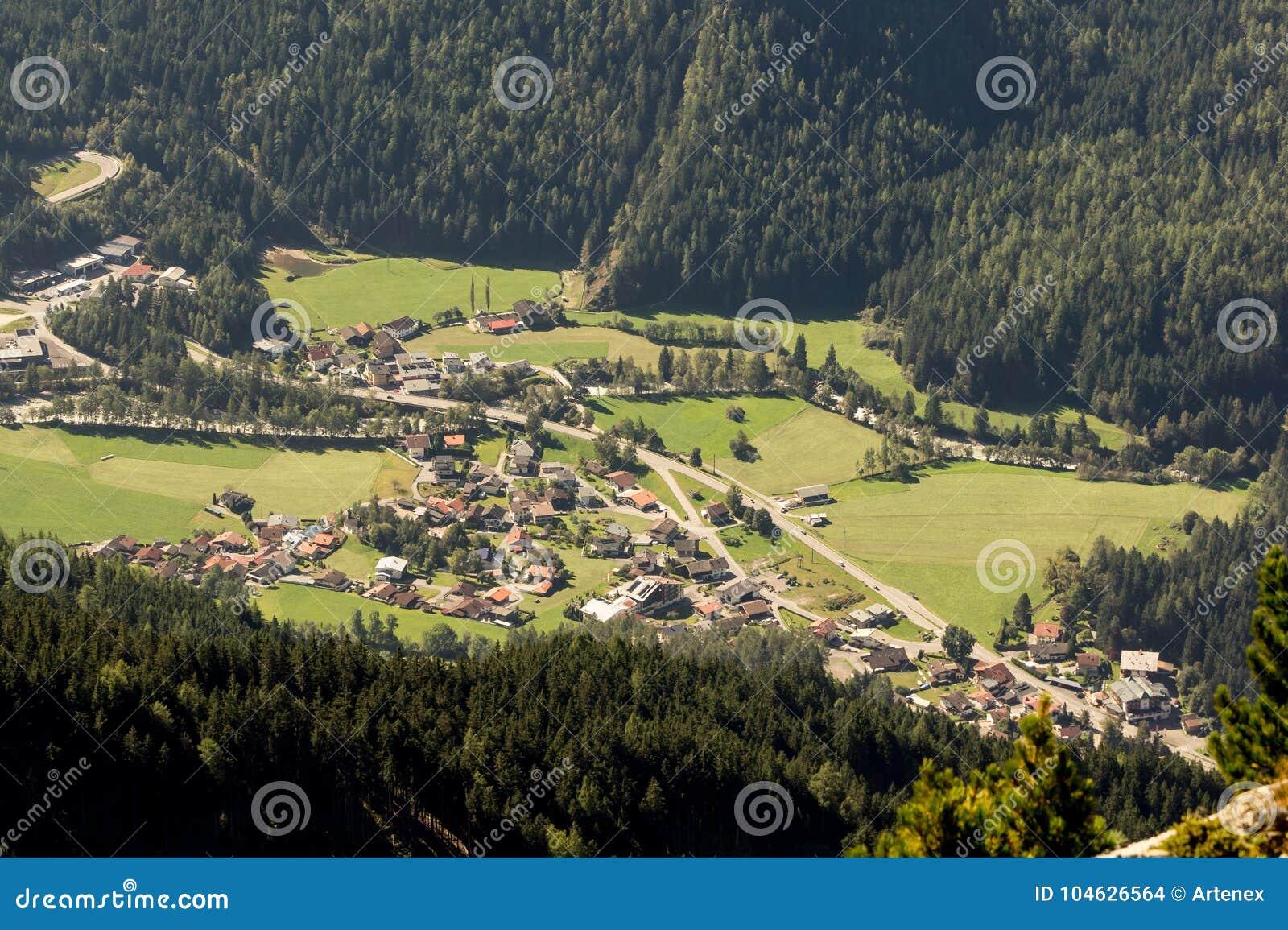 Download Bergen, Vallei En Piekenlandschap, Natuurlijk Milieu Wandeling In De Alpen Stock Foto - Afbeelding bestaande uit wandeling, cityscape: 104626564