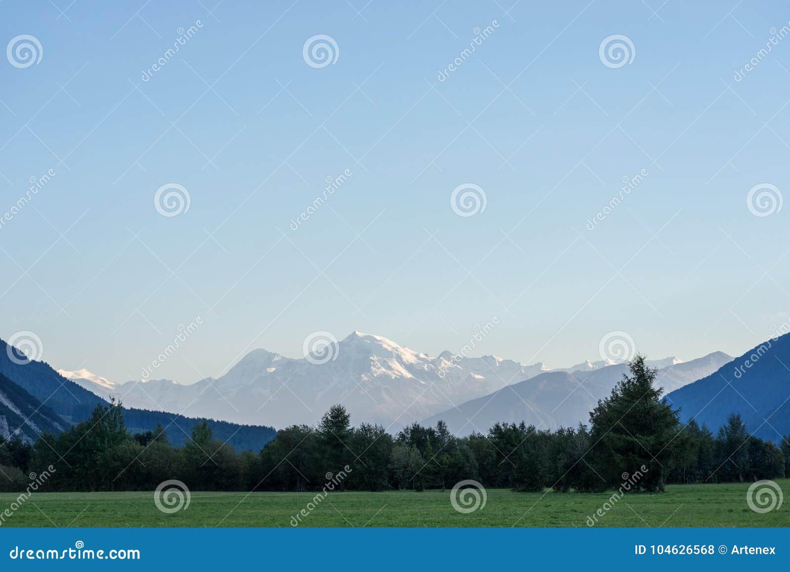 Download Bergen, Vallei En Piekenlandschap, Natuurlijk Milieu Wandeling In De Alpen Stock Foto - Afbeelding bestaande uit autumn, mount: 104626568