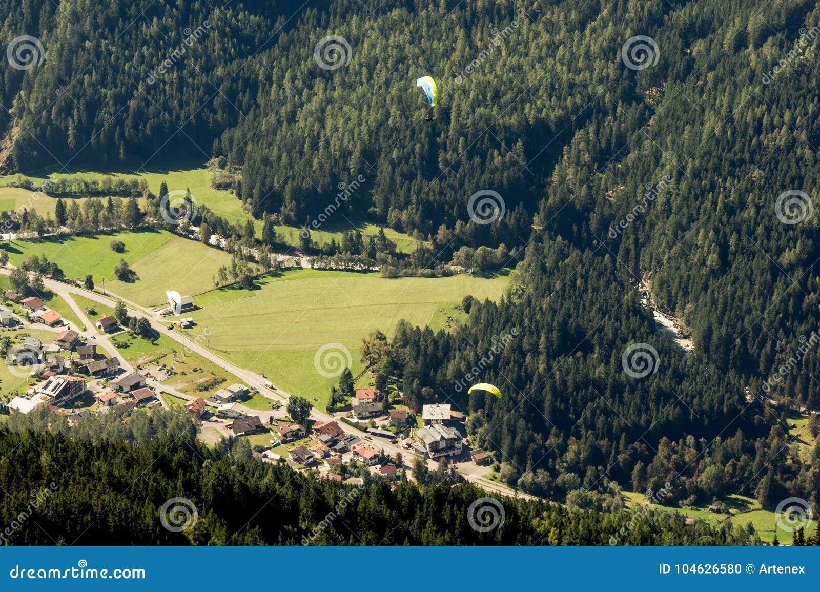 Download Bergen, Vallei En Piekenlandschap, Natuurlijk Milieu Wandeling In De Alpen Stock Foto - Afbeelding bestaande uit flying, cityscape: 104626580