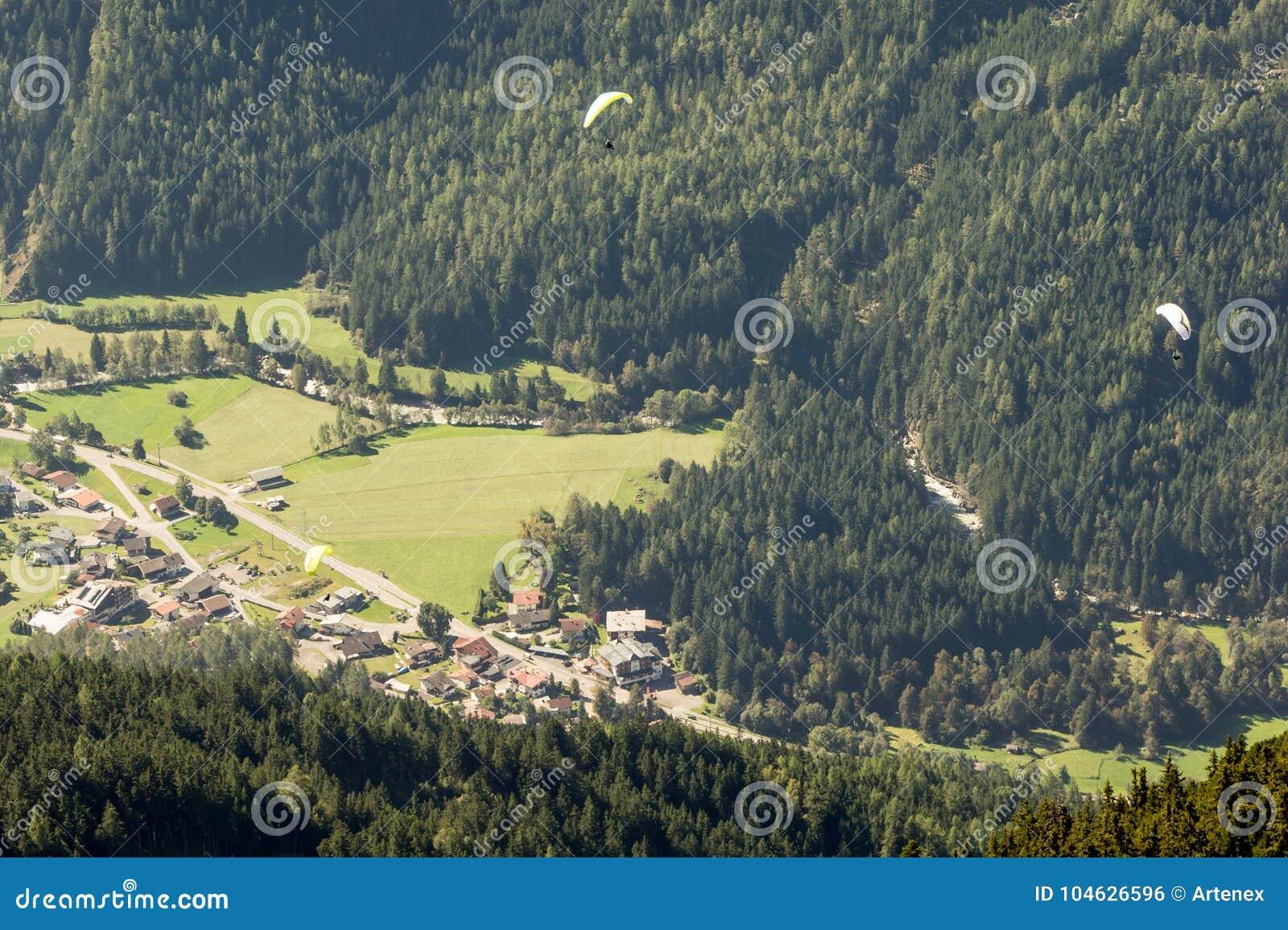 Download Bergen, Vallei En Piekenlandschap, Natuurlijk Milieu Wandeling In De Alpen Stock Foto - Afbeelding bestaande uit actie, vlieger: 104626596