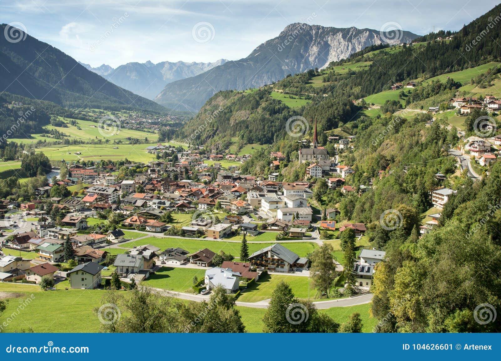 Download Bergen, Vallei En Piekenlandschap, Natuurlijk Milieu Wandeling In De Alpen Stock Afbeelding - Afbeelding bestaande uit toneel, huizen: 104626601